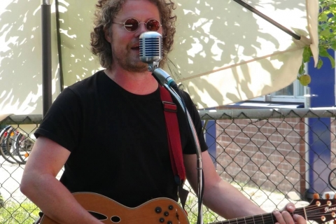 De Balladier - Zanger en Gitarist (1)
