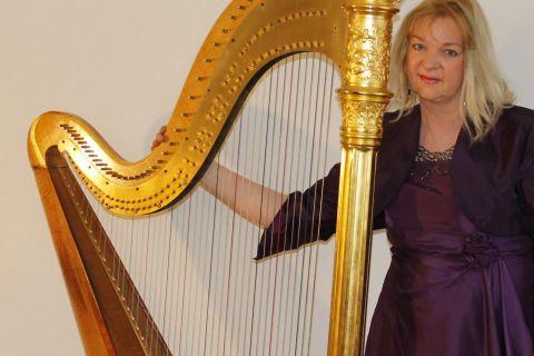 Harpiste met Gouden Pedaalharp foto 01