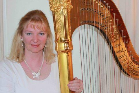 Harpiste met gouden pedaalharp