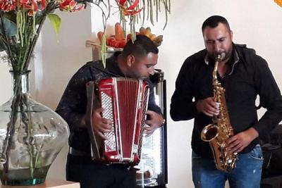 Virtuoze-Accordeonist-Floor-met-saxofonist